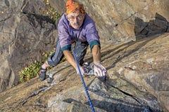 Постаретый альпинист утеса Стоковые Изображения