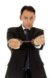 постаретый бизнесмен надевает наручники середина Стоковое Фото