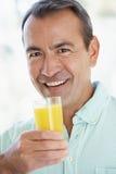 постаретый выпивая помеец свежего человека сока средний стоковое фото