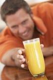 постаретый выпивая помеец свежего человека сока средний стоковая фотография rf