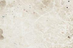 Постаретый грубый выдержанный бумажный лист, грязь пятнает, пятна, целлюлоза включений, коричневая предпосылка текстуры картона,  стоковая фотография