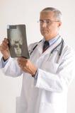 постаретый доктор смотря средний луч x стоковое фото rf