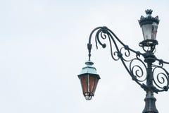Постаретый европейский классический уличный фонарь с сломленным на вершине стоковое изображение rf