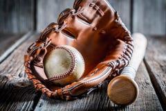 Постаретый комплект для того чтобы сыграть бейсбол Стоковое Фото