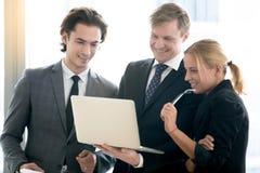 Постаретый серединой прогресс показа бизнесмена к его команде Стоковое Фото