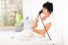 Постаретый серединой телефон женщины Стоковые Изображения RF