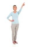 Постаретый серединой указывать женщины стоковые изображения rf