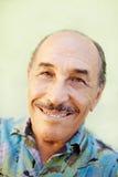 Постаретый человек latino ся на камере Стоковое Изображение
