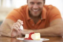 постаретый cheesecake есть середину человека стоковое фото rf