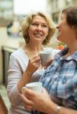2 постаретых домохозяйки наслаждаясь чаем на террасе Стоковое Изображение