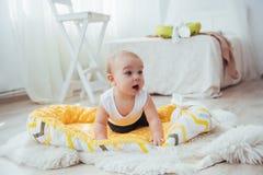 Постельные принадлежности для детей Младенец спит в кровати Здоровый маленький младенец скоро после рождения Стоковая Фотография