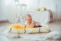 Постельные принадлежности для детей Младенец спит в кровати Здоровый маленький младенец скоро после рождения Стоковые Фотографии RF