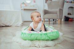 Постельные принадлежности для детей Младенец спит в кровати Здоровый маленький младенец скоро после рождения Стоковые Изображения RF