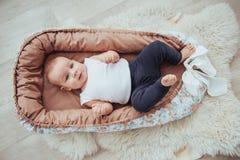 Постельные принадлежности для детей Младенец спит в кровати Здоровый маленький младенец скоро после рождения Стоковое Фото