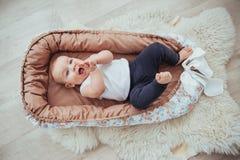 Постельные принадлежности для детей Младенец спит в кровати Здоровый маленький младенец скоро после рождения Стоковые Изображения