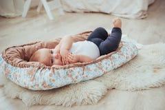 Постельные принадлежности для детей Младенец спит в кровати Здоровый маленький младенец скоро после рождения Стоковые Фото