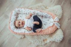 Постельные принадлежности для детей Младенец спит в кровати Здоровый маленький младенец скоро после рождения Стоковая Фотография RF