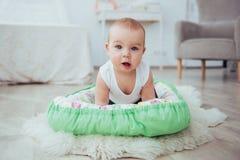 Постельные принадлежности для детей Младенец спит в кровати Здоровый маленький младенец скоро после рождения Стоковое Изображение