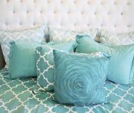 постельные принадлежности снабжают тканья подкладкой teal Стоковые Изображения