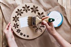 Постепенные инструкции для изготовления часов handmade Стоковые Изображения RF
