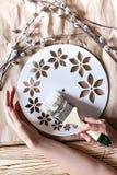Постепенные инструкции для изготовления часов handmade Стоковое фото RF