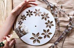 Постепенные инструкции для изготовления часов handmade Стоковое Изображение RF