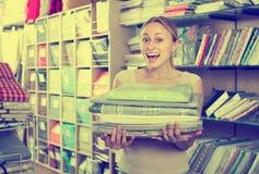 Постельные принадлежности домохозяйки покупая установленные в домашний бутик Стоковая Фотография RF