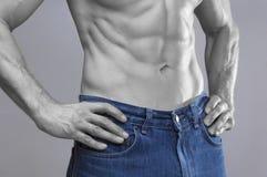 Постный мужской abs в голубых джинсах Стоковая Фотография