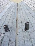 Постригите долину крыши, ремонт крыши, настилая крышу Стоковые Изображения