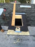 Постригите ремонты крыши и окна в крыше в процессе, roofer, инструментах Стоковые Фотографии RF