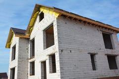Построение под новым домом конструкции от газированных бетонных плит с крышей металла и незаконченными soffits Концепция экономич стоковые изображения