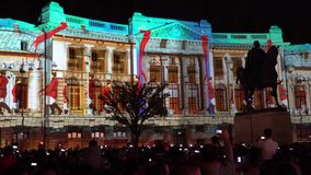 Построение проектирующ света вечером во время фестиваля Бухареста фары международного светлого сток-видео