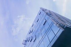 Построение угла дела корпоративного офиса низкого Стеклянный и стальной небоскреб делового района Nouveau искусства Технологическ стоковое изображение rf