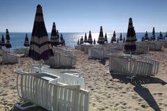 построенные закрытые зонтики солнца lounger ближайше опрятно стоковая фотография