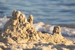 Построенный замок песка дома с башнями на южном береге моря сини песчаного пляжа Стоковые Изображения