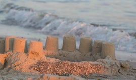 Построенный замок песка дома с башнями на южном береге моря сини песчаного пляжа Стоковое Фото