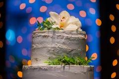 Построенный на разных уровнях свадебный пирог с естественными цветками на предпосылке bokeh стоковая фотография rf