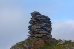 Построенный от каменной пирамиды из камней на заходе солнца, на полночи, приполюсный день стоковое фото rf