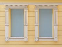 2 построили свет окон - синь покрашенную с винтажной белой рамкой Стоковые Изображения