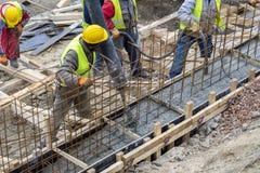 Построители работая на concreting форма-опалубке для учреждения Стоковая Фотография RF