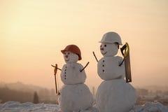 Построители снеговиков построители снеговика рождества в шлеме с увидели Стоковая Фотография RF