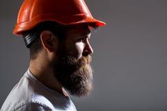 Построитель архитектора портрета, работа гражданского инженера Построитель в трудной шляпе, мастере или ремонтнике в шлеме борода стоковое фото rf