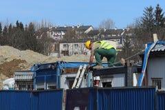 Построитель в прозодеждах на строительной площадке Ремонты на высоте конструкция зданий новая Профессия построителя Hea Стоковые Фотографии RF