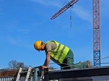 Построитель в прозодеждах на строительной площадке Ремонты на высоте конструкция зданий новая Профессия построителя Hea Стоковые Изображения RF