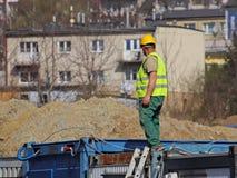 Построитель в прозодеждах на строительной площадке Ремонты на высоте конструкция зданий новая Профессия построителя Hea Стоковое Изображение