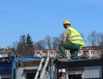 Построитель в прозодеждах на строительной площадке Ремонты на высоте конструкция зданий новая Профессия построителя Hea Стоковая Фотография