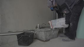 Построитель в респираторе падает уснувший в строительном материале контейнера сухом акции видеоматериалы