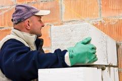 Построитель или каменщик на работе стоковые фотографии rf