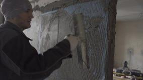 Построитель кладет поверх сетки на фоне второй комнаты акции видеоматериалы