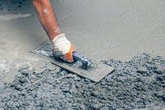 Построитель руки при лопатка выравнивая бетон 2 Стоковая Фотография